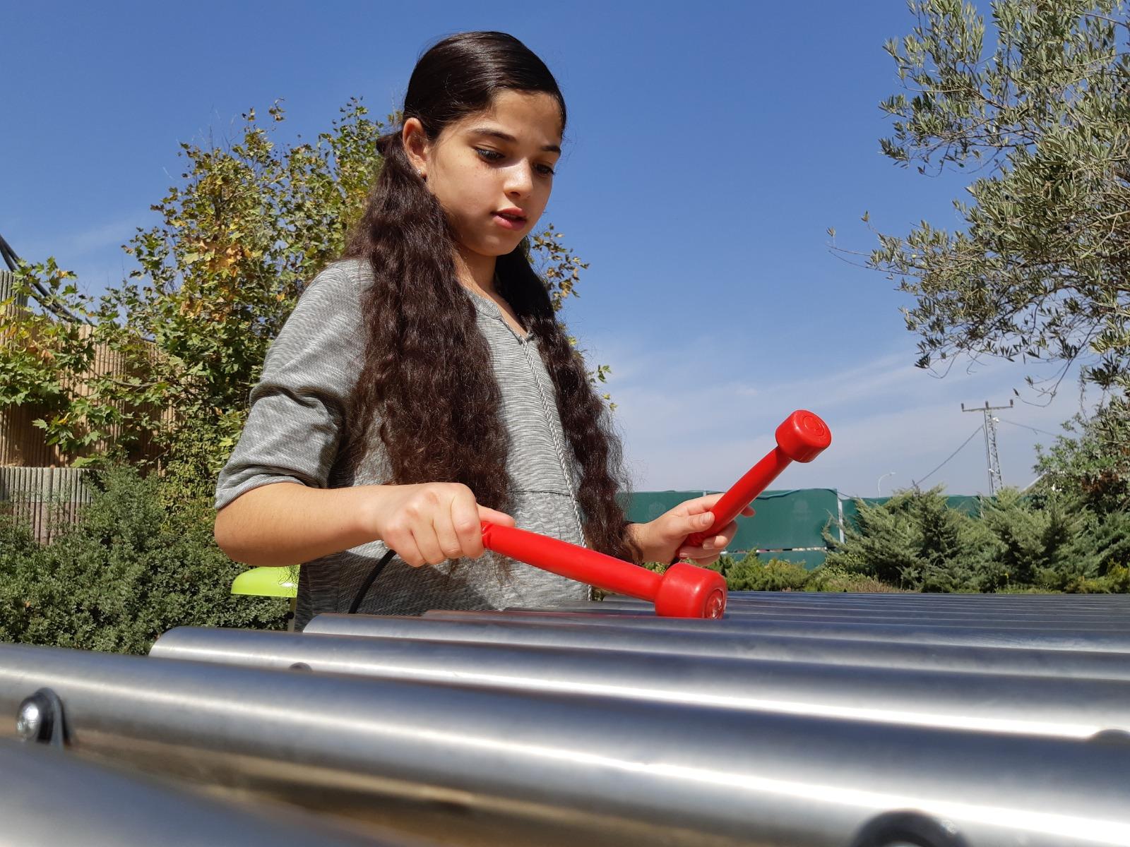 ילדה מנגנת בקסילופון