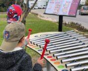 שני ילדים מנגנים בקסילופון בעזרת שלט תווים